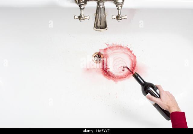 Detail eines Mannes Gießen entfernt Wein in einem Akt der Verzicht auf Alkohol Stockbild