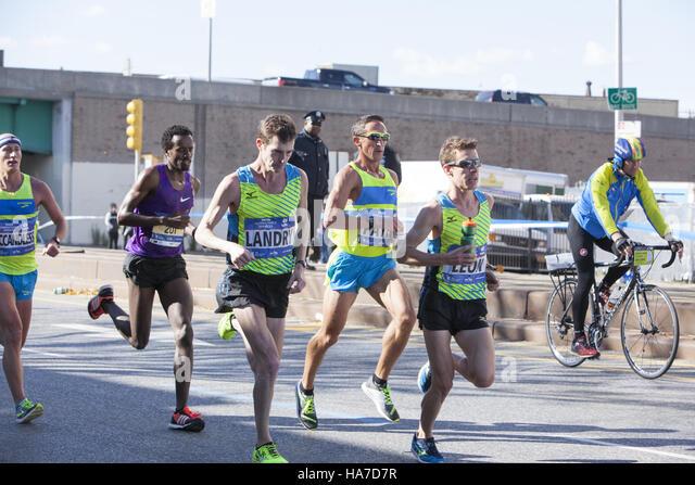 New York City Marathon-Läufer auf der 4th Avenue in Brooklyn etwa 4 Meilen ins Rennen. Stockbild
