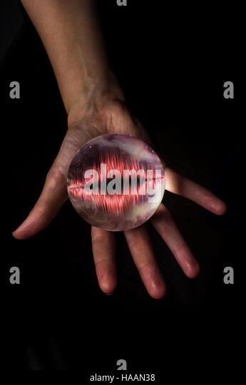 Hände halten Kristall Kugel mit Schallwelle Stockbild