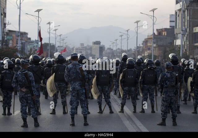 Kathmandu, Nepal. 30. November 2016. Sicherheitspersonal Wache während einer Protestaktion gegen die Verfassung Stockbild