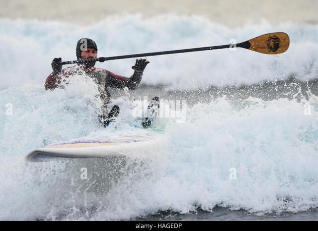 Wladiwostok, Russland. 1. Dezember 2016. Ein Mann, eine Welle zu reiten, auf Stand up Paddle Board in der Ussuri Stockbild