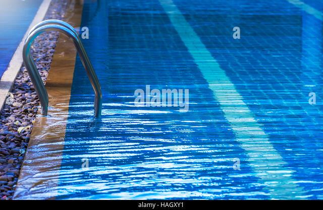 Pool mit Treppe unter Sonnenlicht Stockbild