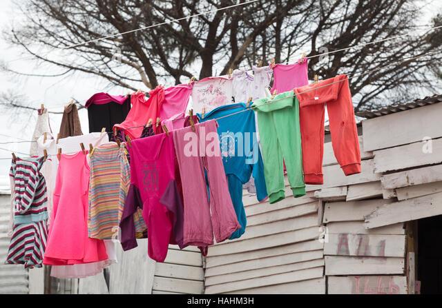 Wäscheständer auf einer Wäscheleine, Imizamo Yethu Township in Kapstadt, Südafrika Stockbild