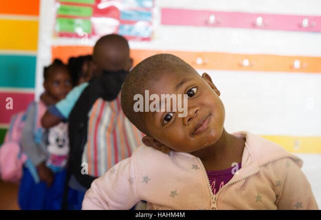 Junge schwarze südafrikanische Kinder, Imizamo Yethu Township in Kapstadt, Südafrika Stockbild