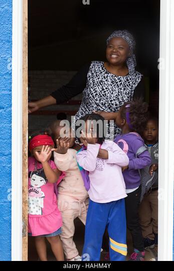 Südafrikanische Kinder und ihre Kindergärtnerin Imizamo Yethu Township in Kapstadt, Südafrika Stockbild