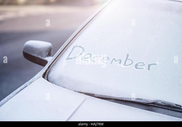 Dezember-Inschrift auf einer mattierten Auto Windschutzscheibe geschrieben Stockbild