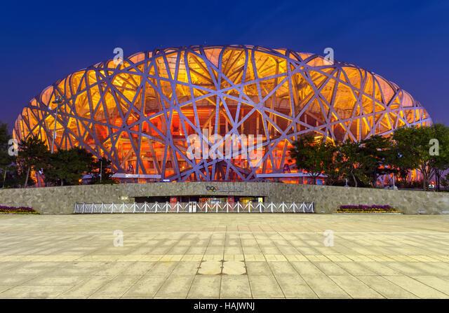 Nationalstadion Peking - eine vordere Weitwinkel Nachtansicht von Beijing National Stadium, auch bekannt als Vogelnest, Stockbild