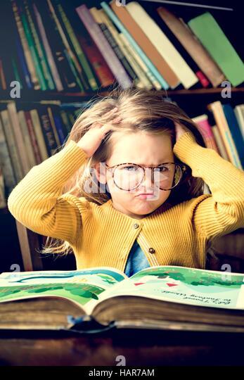 Entzückende niedliche Mädchen lesen gestresst Konzept Stockbild