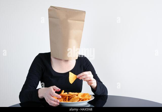 Anonyme Frau isst blind ungesund. Frau im Gesundheitswesen Konzept. Textfreiraum Stockbild