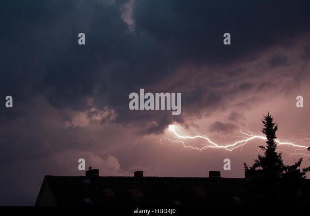 Gewitter über der Stadt Stockbild