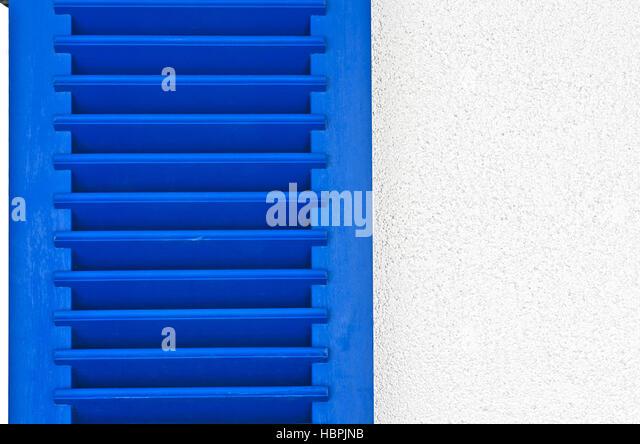 blaue Holzfenster Verschluss mit Lamellen Stockbild