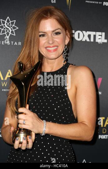 Sydney, Australien. 7. Dezember 2016. Im Bild: Schauspielerin Isla Fisher posiert mit ihren Award im Medienraum. Stockbild