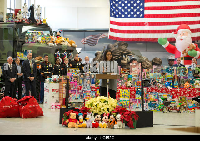 Washington DC, USA. 7. Dezember 2016. First Lady Michelle Obama besucht Joint Base Anacostia-Bolling wo sie bei Stockbild