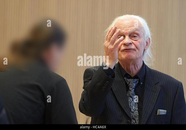 Lawyer Ruediger Boehm (r) im Gespräch mit dem Hauptangeklagten vor Beginn der mündlichen Verhandlung im Stockbild