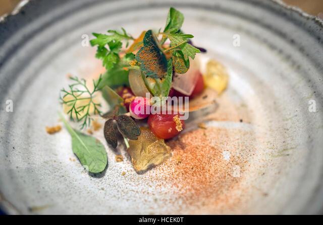 Gourmet-Restaurants, moderne Küche auf Steinzeug. Erschossen von oben Stockbild