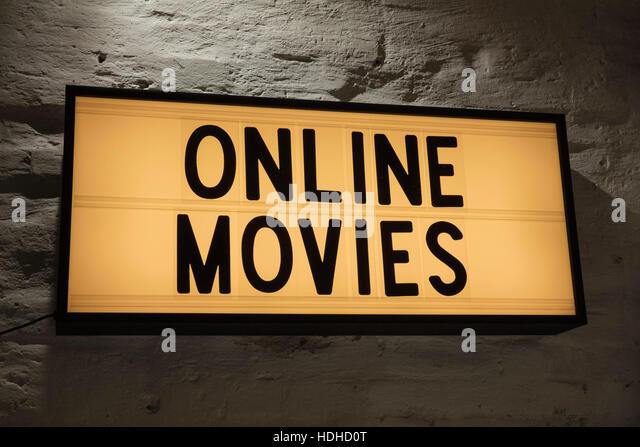Nahaufnahme von Online-Filme-Schild gegen graue Wand Stockbild