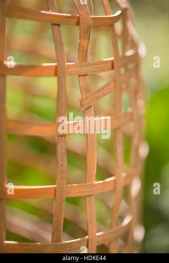 Garten Sommer-Szene mit leeren Gitter in Nahaufnahme. Stockbild