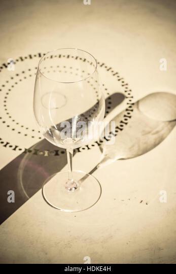 Schatten des leeren Glas und Flasche Wein am Tisch. Konzept-Bild von Trink- und Einsamkeit. Stockbild