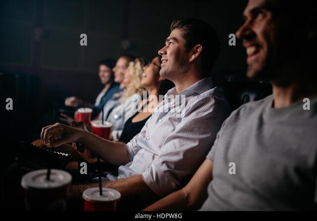 Gruppe von Jugendlichen im Kinosaal Film sitzen. Gemischtrassigen Gruppe befreundeter Film im Theater. Stockbild