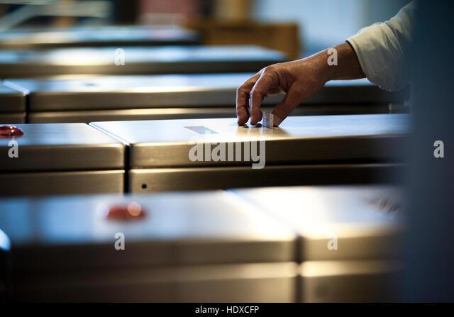 Eine Pendler-Hand nimmt eine Fahrkarte von einem u-Bahn-Metro-Rechner Stockbild