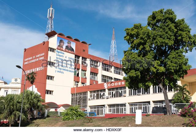 Eine sozialistische Baufirma mit einem Poster von Fidel und Raul Castro. Stockbild