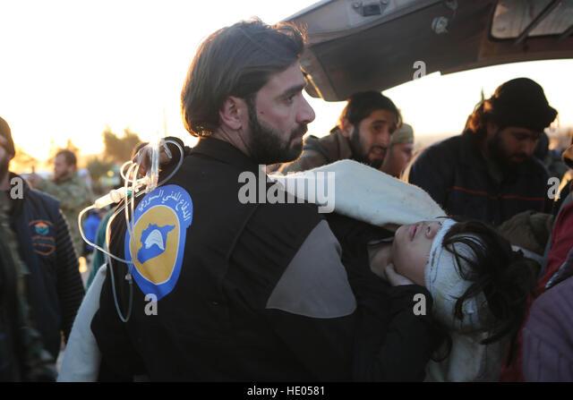 Aleppo, Syrien. 15. Dezember 2016. Die erste Phase der Evakuierung von Verletzten und Kranken zusammen mit ihren Stockbild
