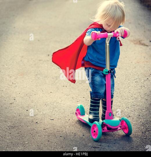 Superheld Baby Boy mit Roller liebenswert-Konzept Stockbild