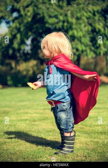 Superheld kleine Junge Phantasie Freiheit Glück Konzept Stockbild
