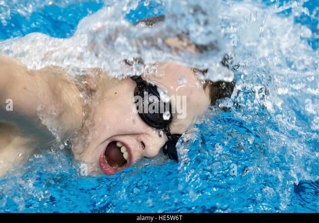Omsk, Russland. 16. Dezember 2016. Ein Teilnehmer in einem Swimming-Wettbewerb in Omsk Kadettenkorps. © Dmitry Stockbild