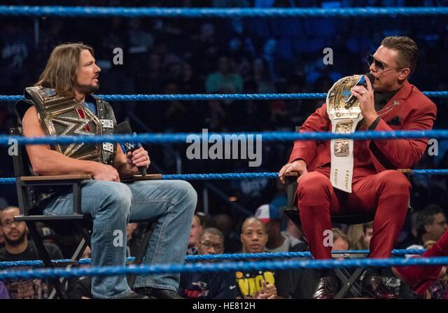 WWE Darsteller AJ Styles (links) und The Miz sprechen in den Ring vor ein Wrestling match für den 14. jährlichen Stockbild