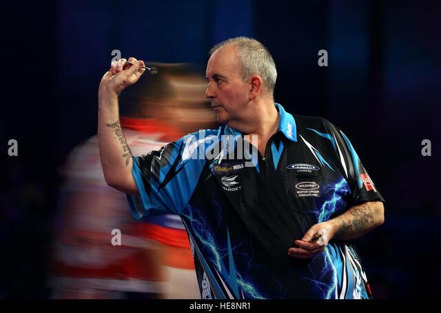 Phil Taylor in Aktion während am vierten Tag der William Hill Dart Weltmeisterschaft im Alexandra Palace, London. Stockbild