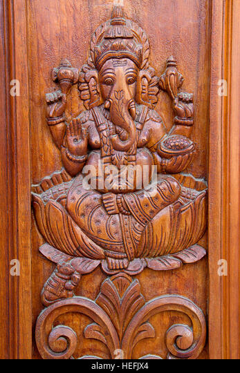 Teakholz-Türverkleidung mit Bas-Relief-Ätzen von Ganesha Stockbild