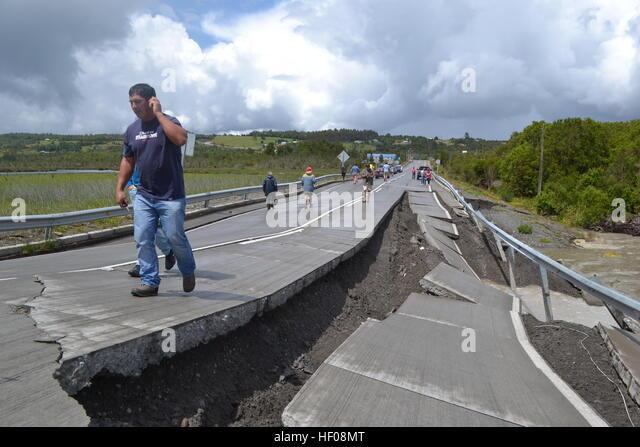Provinz Chiloé, Chile. 25. Dezember 2016. Die Menschen gehen auf Highway 5 nach dem Erdbeben in Chile, der Stockbild