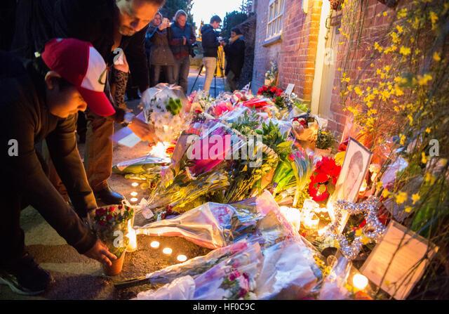 Göring, UK. 26. Dezember, 21016.  Blumen, Kerzen und Worte der Anteilnahme blieben vor George Michaels Haus Stockbild