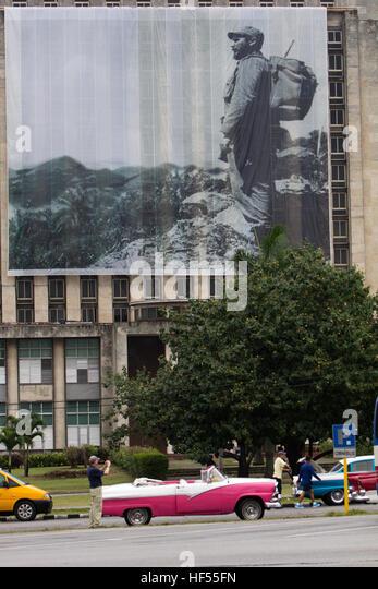 Banner von Fidel Castro mit Oldtimern auf dem Platz der Revolution, Havanna, Kuba Stockbild