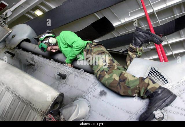 030426-N-0413R-005 am Arabischen Golf (26. April 2003)--Aviation ElectricianÕs Mate Airman Paul Bailey von Stockbild