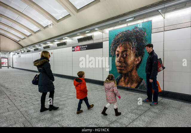 New York, USA bewundert 1. Januar 2017 - ein afrikanisch-amerikanischen Ehepaar ein Mosaik Wandbild von Vik Muniz Stockbild