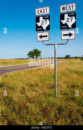 Straßenschild in einen Feldweg in der Texas-Landschaft in den USA;  Konzept für Roadtrip in den USA Stockbild