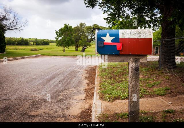 Postfach gemalt mit der Texas Flagge in einer Straße in Texas, USA Stockbild