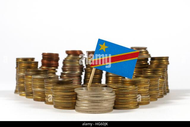 Demokratische Republik Kongo-Fähnchen mit Stapel von Geld Münzen Stockbild