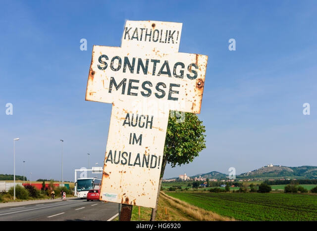 Drasenhofen: Hinweis Sonntagsmesse für Katholiken an der Grenzübergangsstelle, Weinviertel, Niederösterreich, Stockbild