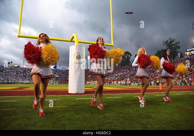 Pasadena, Kalifornien, USA. 2. Januar 2017. Cheerleader der USC Trojans in Aktion während einer spannenden Stockbild