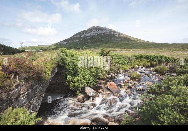 Blick auf Mount Errigal aus einer alten Brücke in der vergifteten Glen. Glenveagh Nationalpark, County Donegal, Stockbild