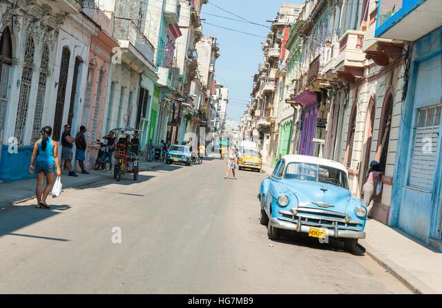 Havanna, Kuba - Juni 2011: Kubaner Fuß entlang einer weitgehend leeren Straße im Stadtteil Centro. Stockbild