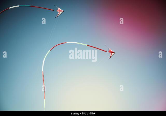 2 Drachen mit langes Band Schwänzen fliegen nebeneinander in den Himmel Stockbild