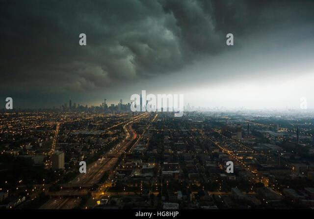 Eine gewaltiger Sturm-Front bewegt sich über die Innenstadt von Chicago City in der Ferne Stockbild