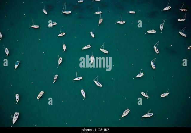 Overhead Luftaufnahme von festgemachten Segelbooten, die verstreut in verschiedenen Richtungen im Hafen Stockbild