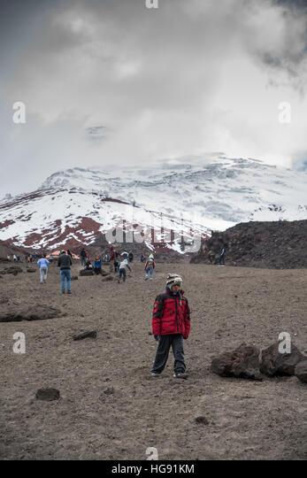 Junge Wandern in den Bergen, Blick auf Vulkan Cotopaxi Stockbild