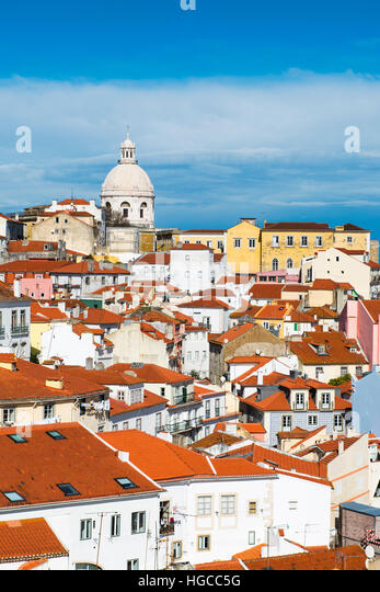 Blick auf den Stadtteil Alfama in Lissabon, Portugal, mit farbenfrohen Gebäuden und das nationale Pantheon Stockbild