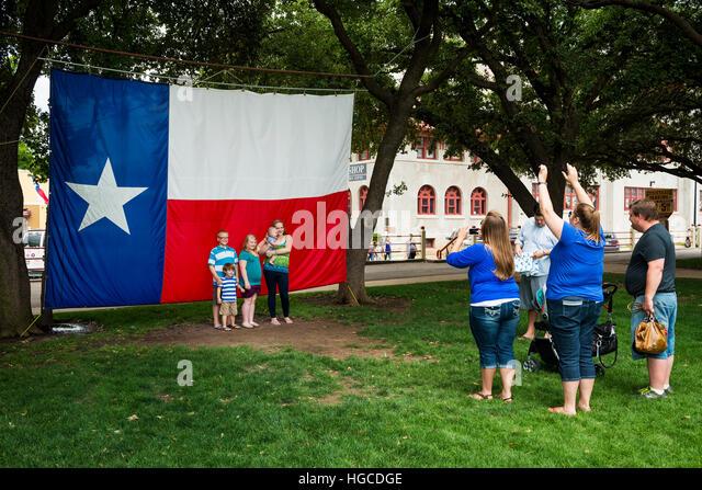 Fort Worth, Texas, USA - 10. Juni 2014: Familie fotografieren vor der Texas Flagge in den Fort Worth Stockyards Stockbild